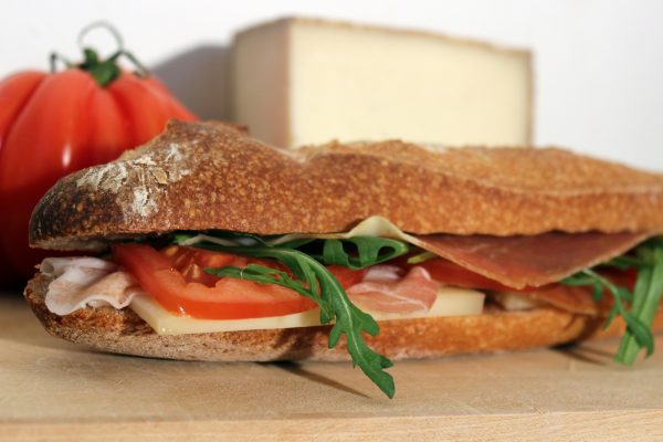 Sandwich jambon, fromage, tomate